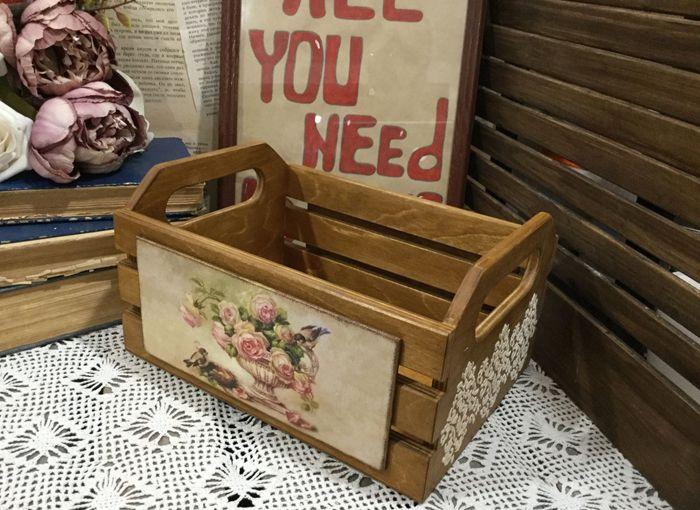 Для хранения нужных мелочей на одну из полок можно поставить красивую корзинку или коробочку