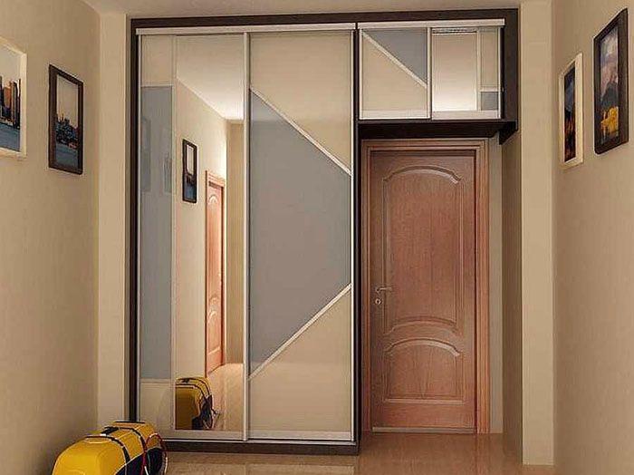 Неплохая идея – разместить шкаф не вдоль стены, а в торцевой части коридора. Так вы сократите его длину и оптимально расходуете свободное место