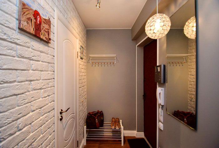 Светлые тона, включая белый цвет, делают комнату просторной