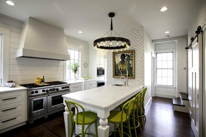Акценты в белой кухне выполнены в оливковых тонах