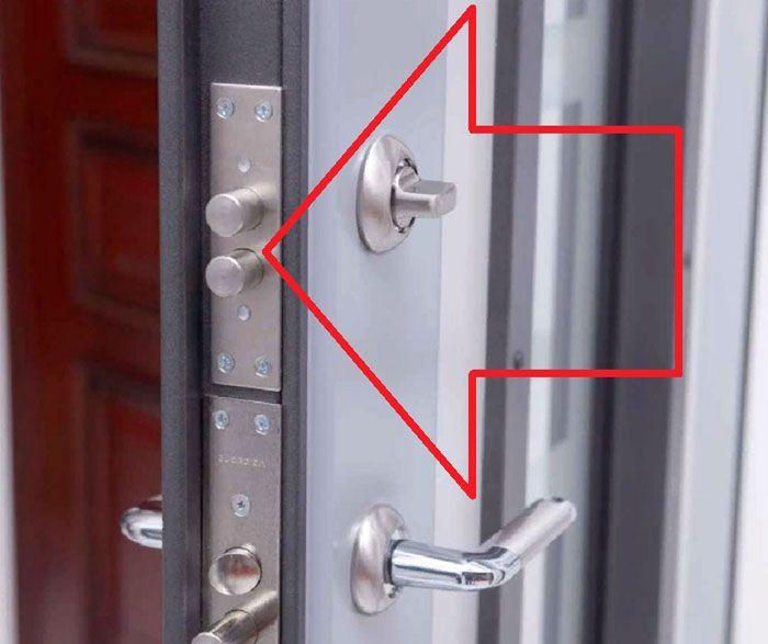 Дополнительный замок «невидимка» закрывается только изнутри. Снаружи нет отверстия для ключа, других признаков, обозначающих место его установки