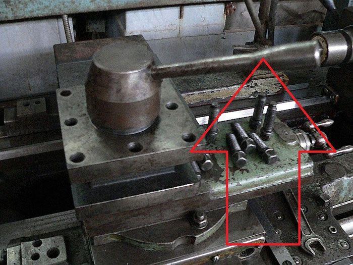 Сверху устанавливают рукоятку для быстрого поворота узла. Это приспособление позволяет оперативно менять инструмент для сложной последовательной обработки заготовок