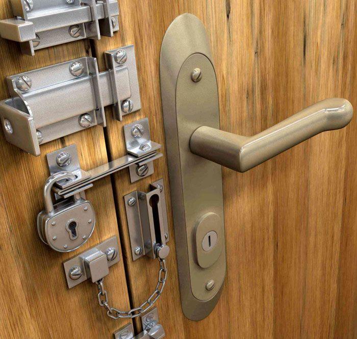 Необходимо соблюдать меру при оснащении входных дверей в квартиру запорными устройствами