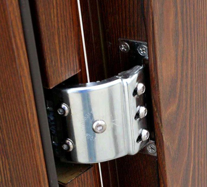 Скрытые петли металлических входных дверей в квартиру часто отмечают как значительное преимущество