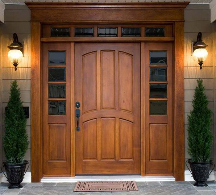 Входные деревянные двери в квартиру (дом) выглядят респектабельно. Подобное оформление соответствует классическому стилю