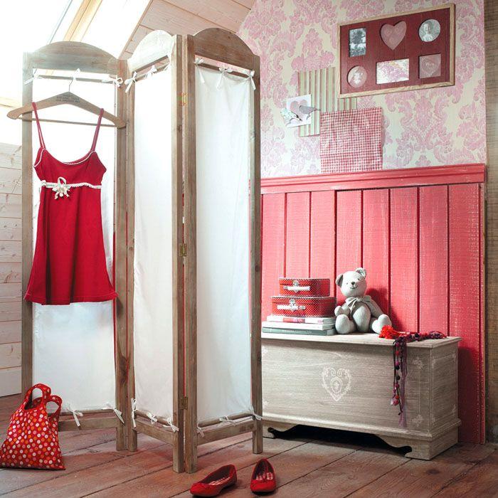 Ширма-перегородка в спальне используется в качестве вешалки
