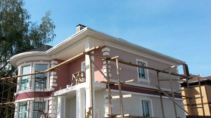 Чтобы утеплить и декорировать фасад многоэтажного дома приходится устанавливать специальные подмости