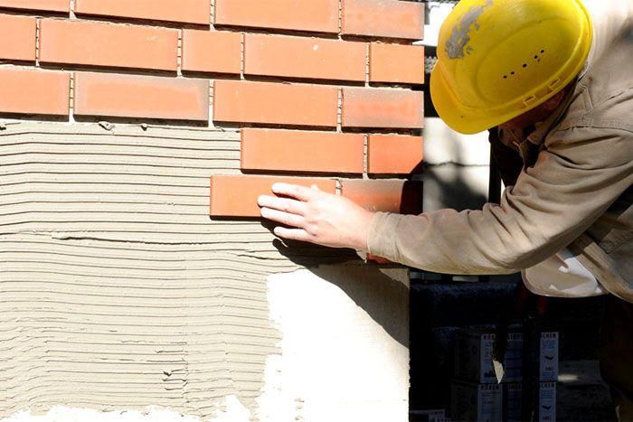Надёжная фиксация плитки требует грамотного подбора клеящего материала