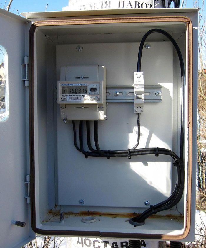 Электросчётчик Энергомера/CE102M R5 145-J, передающий показания, можно установить в стандартном варианте для визуальных контрольных проверок. Он предназначен для эксплуатации в широком диапазоне температур: от +45 до +70°C