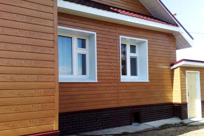 Металлический сайдинг, стилизованный под брус, является надёжным покрытием дома