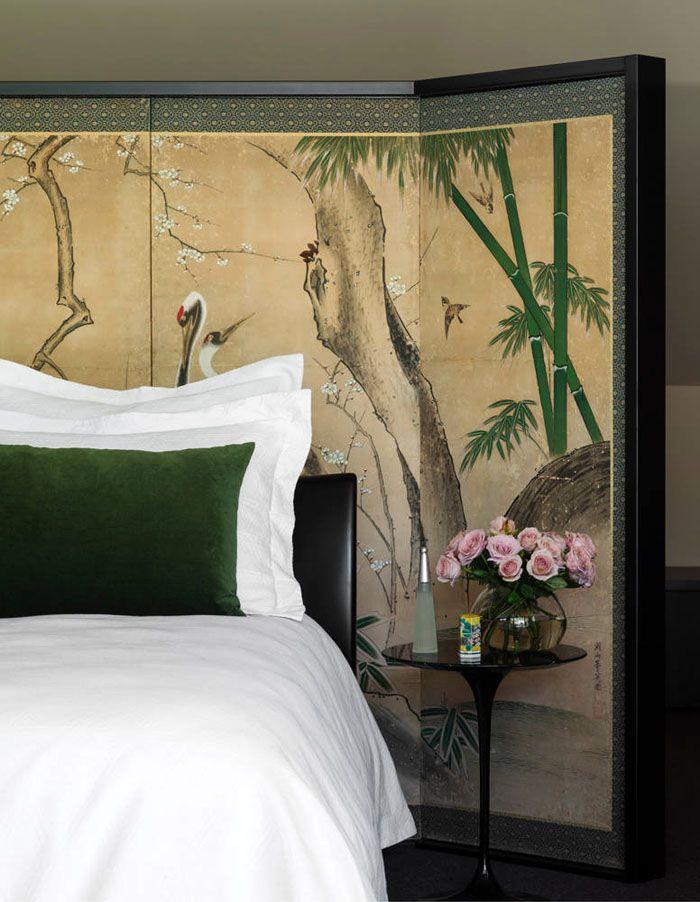 Ширма, установленная за кроватью, как элемент декора спальни