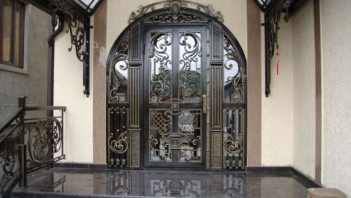 Специализированная мастерская создаст дверь под определённый размер проёма нужной формы с эксклюзивными украшениями, указанными в проектном задании