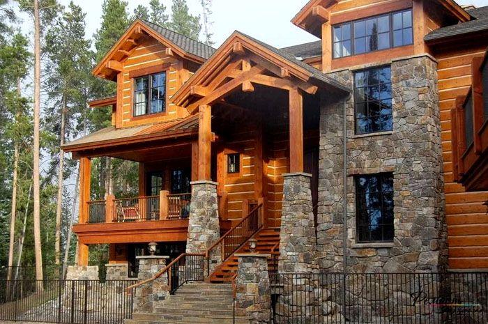 Великолепный внешний образ дома формирует камень в тандеме с деревянной обшивкой