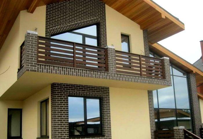 Клинкерная плитка выгодно оттеняет и облагораживает более спокойную оштукатуренную поверхность