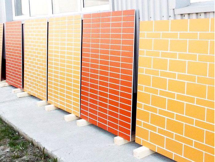 Забор с декором отличается высокой прочностью и современным декором