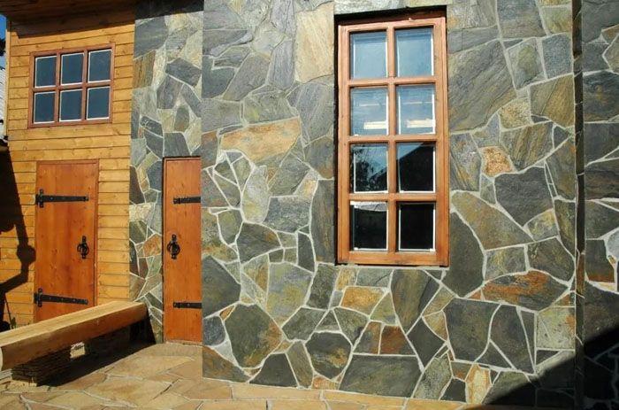 Природный камень даже скромное строение превратит в роскошное величественное здание