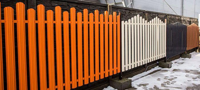 На переднем плане − ограждение оранжевого цвета типа «лесенка»