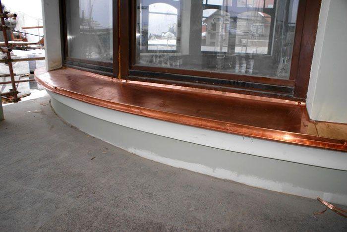 Отливы из меди – это очень долговечный, но и самый дорогой вид наружного подоконника