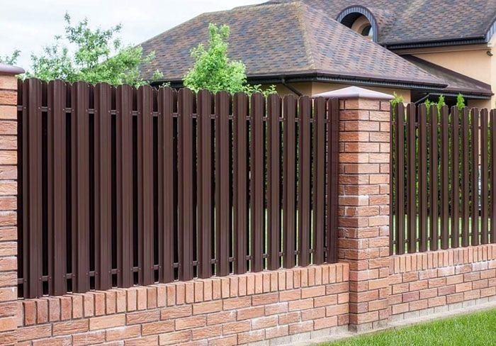 Забор с кирпичными столбами смотрится эффектно