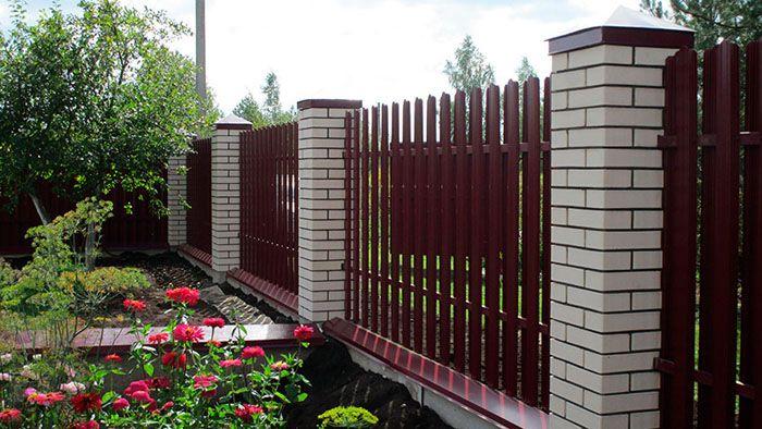 В дачных посёлках такой забор встречается сегодня очень часто