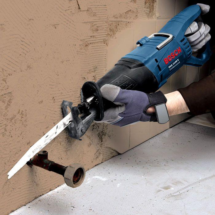Сабельной пилой можно отрезать трубу заподлицо с поверхностью стены