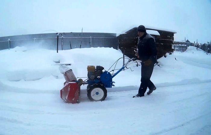 Управлять этой техникой довольно легко – тяжелый агрегат скользит на лыжах, а весь собранный снег выбрасывается в сторону
