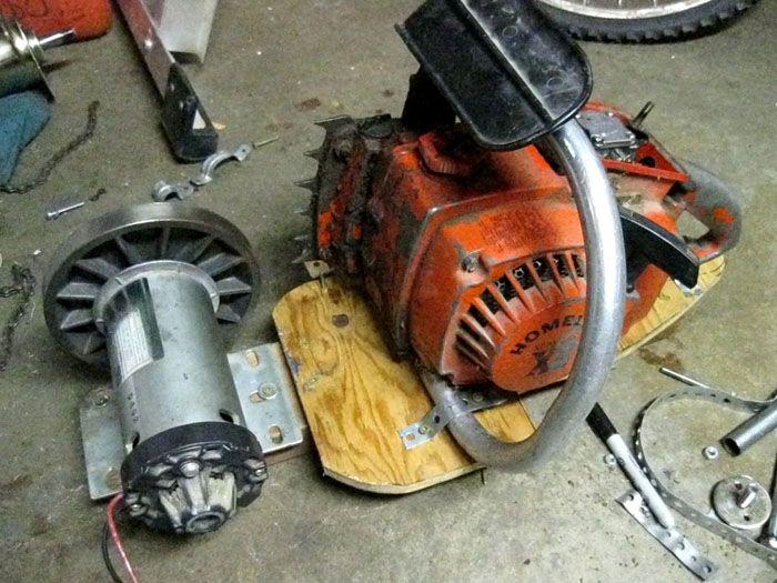 Всё, что потребуется, – старый генератор от автомобиля, бензопила и велосипедная цепь со звёздочками