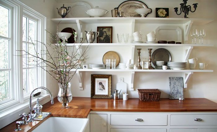 Белая кухня с белыми полками
