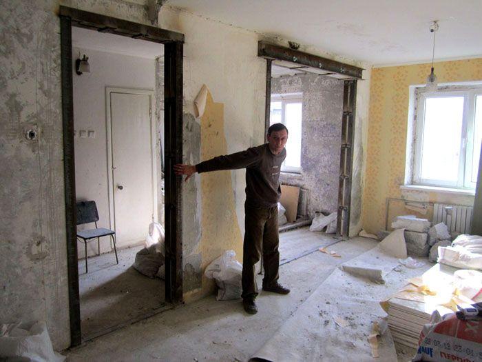 Сделанные в несущих стенах проёмы надо укреплять металлическими конструкциями