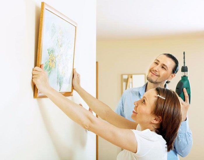 Самый старый способ, как повесить картину на бетонную стену, – вкрутить саморез