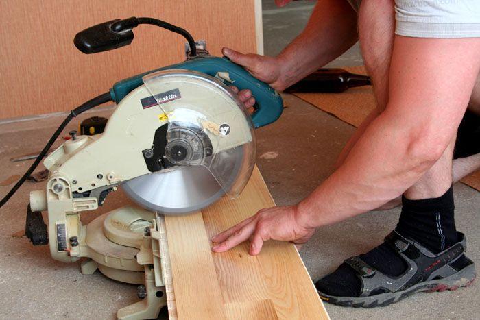 Если комплекс деревянный и его высота больше, чем вам необходимо, придётся подпилить основные стойки, обычно лучше это делать снизу