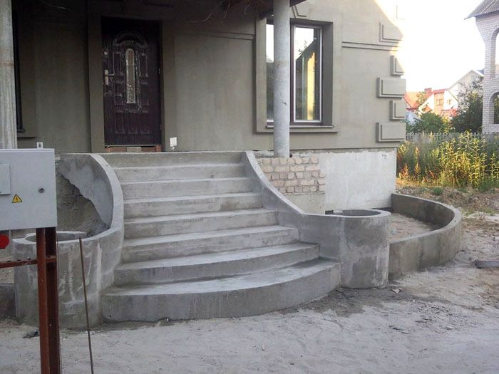 Цемент - идеальный материал для оформления парадных лестниц и фасадов зданий