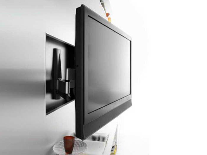ТВ-панель на стене комнаты