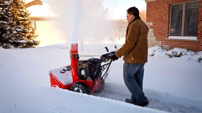 Без снегоуборочной машины на даче не обойтись