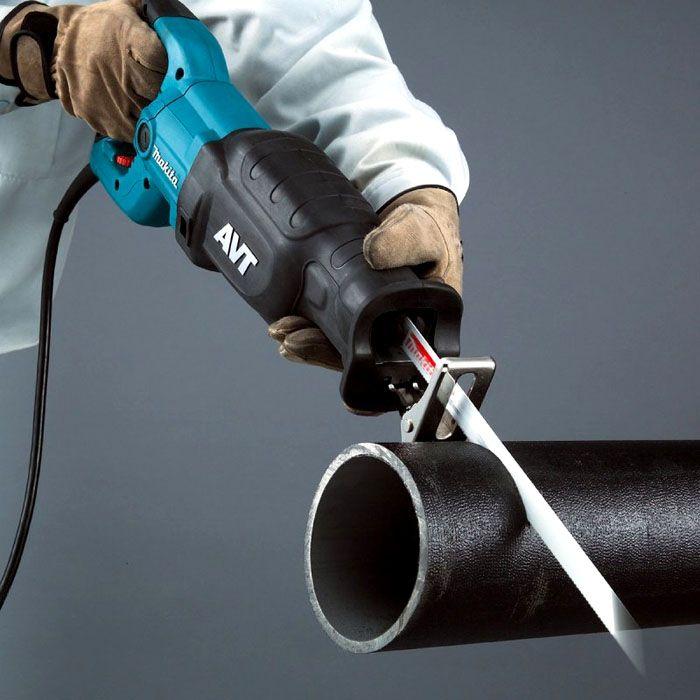 Сабельная пила с резиновой «рубашкой» на корпусе, которая защищает человека от тока