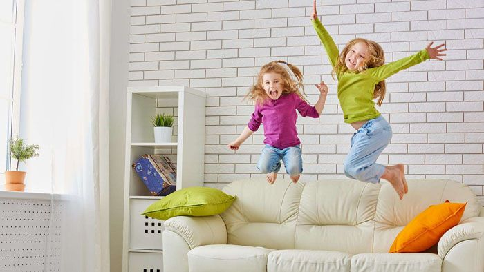 А вот в многоэтажках при отсутствии звукоизоляции пола детская непосредственность чревата проблемами с соседями снизу