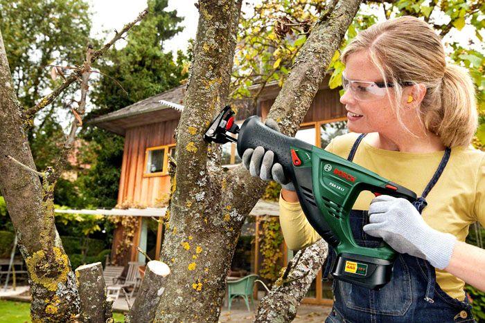 Электроножовкой легко резать деревья в саду