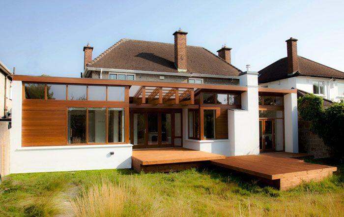 Открытая деревянная площадка перед домом в современном стиле