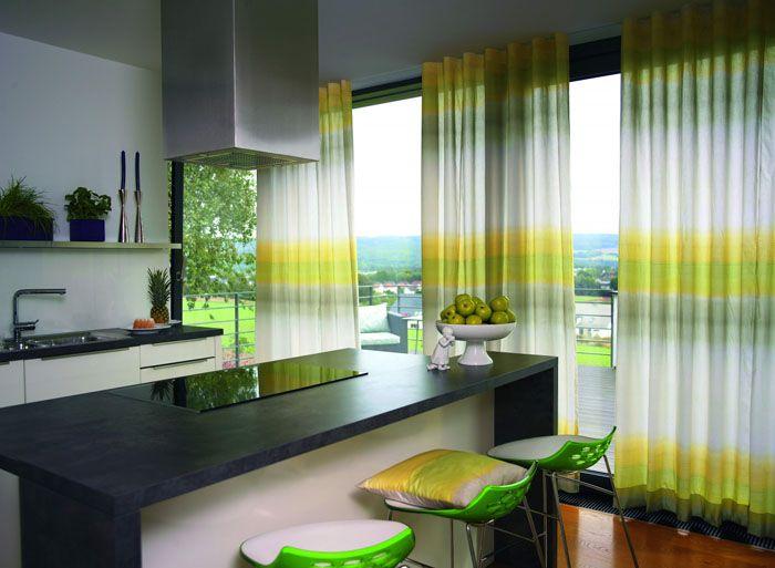 Яркий рисунок тканей на окнах может задавать тональность пространству