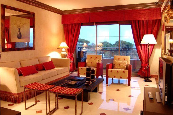 Кирпично-красные шторы могут стать ярким акцентом в оформлении помещения, поэтому продумайте другие цвета, чтобы не перегрузить интерьер