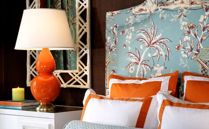 Используйте небольшие яркие предметы – подушки с орнаментом, небольшие вазы или подсвечники, рамы картин и светильники с оранжевыми плафонами