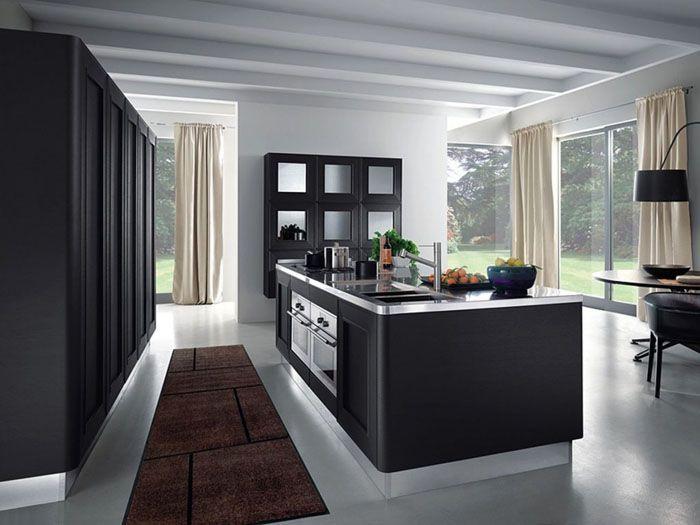 В интерьере с тёмной мебелью белые шторы подчеркнут источник естественного света