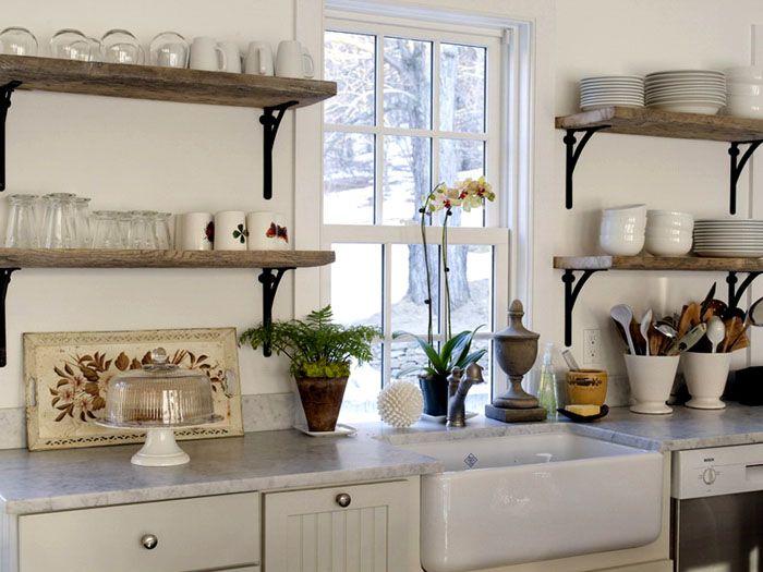 Деревянные полки с металлическими подставками на кухне