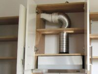 Воздуховод закрыт дверцами навесных шкафов