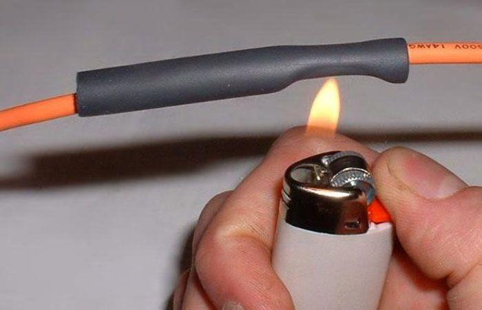 Использование газовой зажигалки – это самый простой способ монтажа термоусадки, правда, он доступен только на маленьких типоразмерах подобных изделий