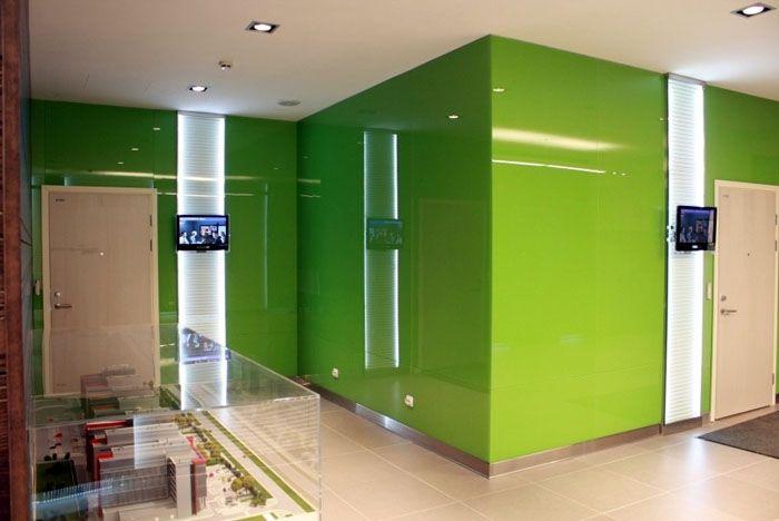 Вариант отделки стен с использованием стеклянных панелей, окрашенных в зелёный цвет