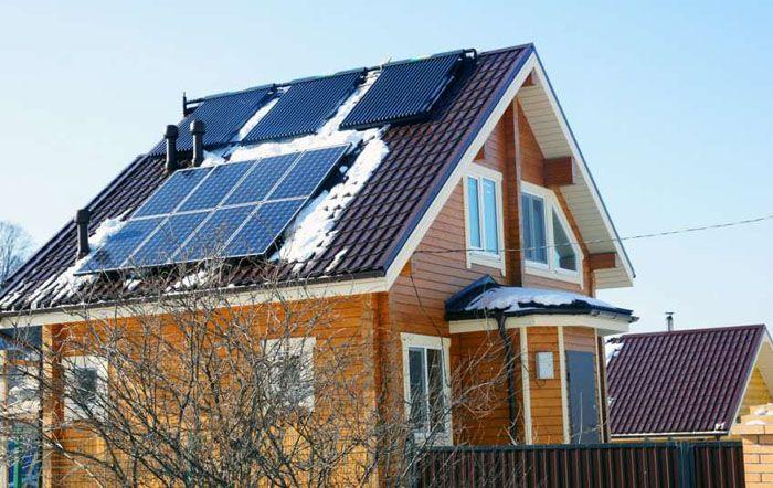Солнечные панели и коллекторы можно разместить рядом, тем самым обеспечить себя теплом и электричеством