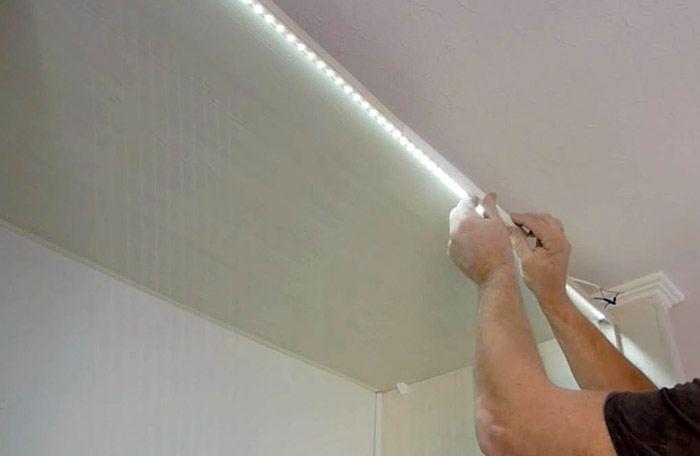 Благодаря липкой основе LED лента может крепиться непосредственно к поверхности строительных конструкций и элементам декора