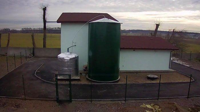 Биогазовая установка, работающая на курином помёте, размещена рядом с птичником