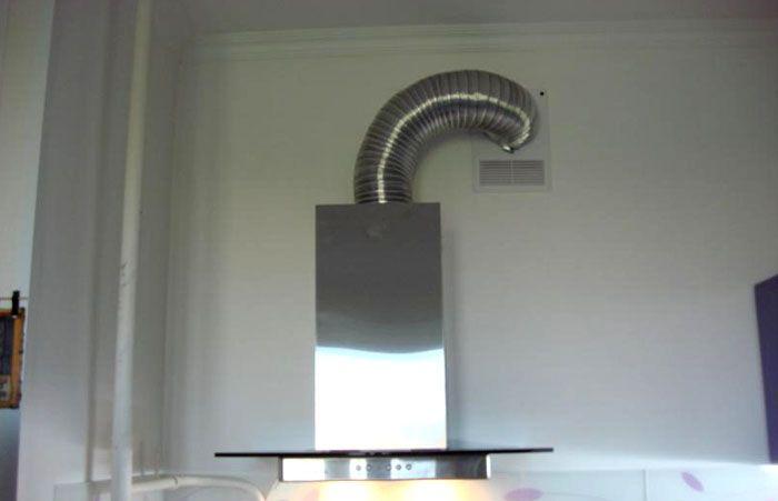 Подключение кухонной вытяжки к системе вентиляции здания при помощи гофрированного воздуховода
